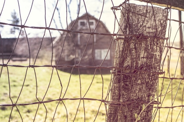 countryside-house-farm-fence